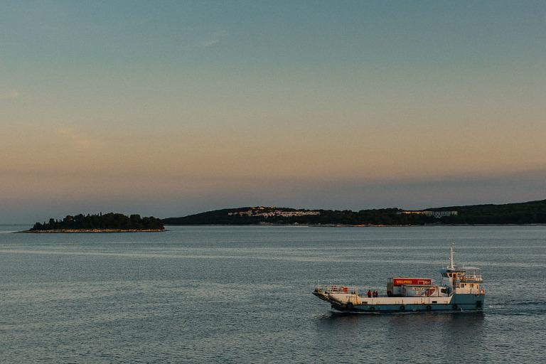 statek przy wschodzie słońca