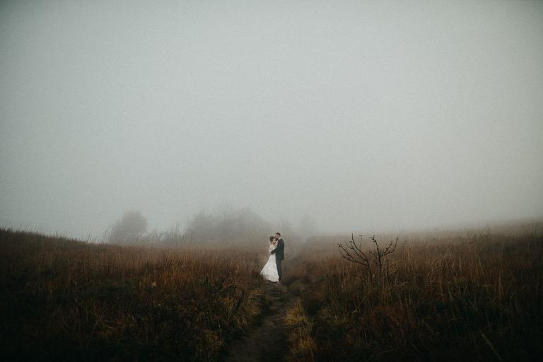 górska sesja ślubna we mgle