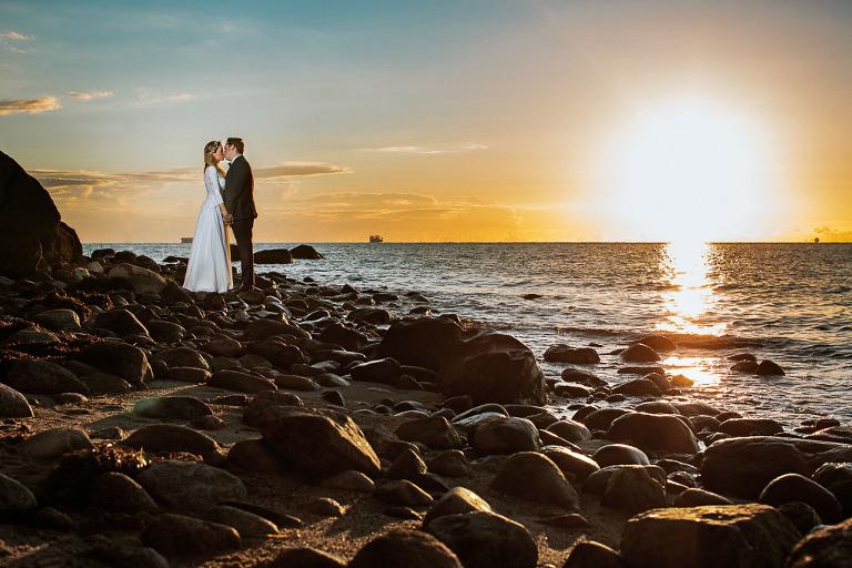Pozująca para podczas sesji zdjęciowej na plaży w Gdyni