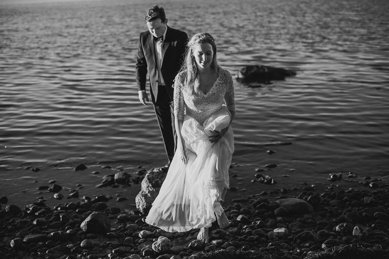 spacerująca para po kamieniach podczas Sesji zdjęciowej na plaży w Gdyni
