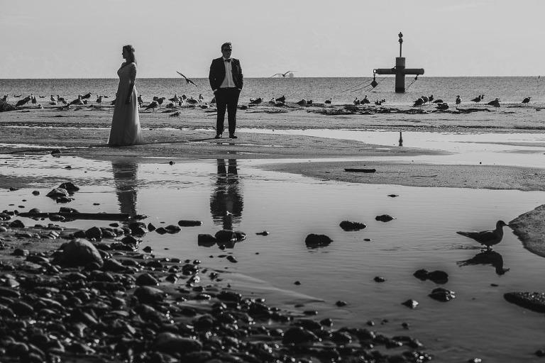 para ślubna na stojąca na plaży