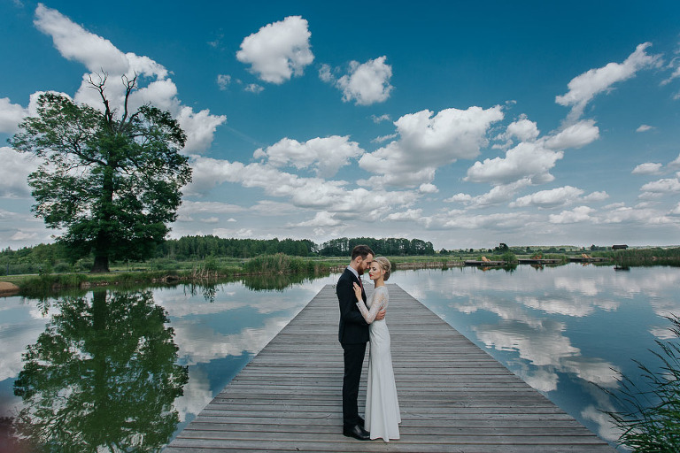 plener w dniu ślubu nad jeziorem
