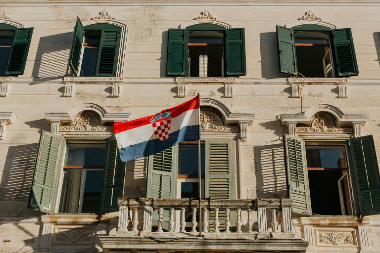 chorwacka flaga na wietrze