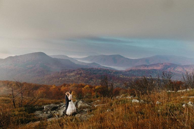 sesja ślubna i wesele w Bieszczadach para stojąca na skałkach
