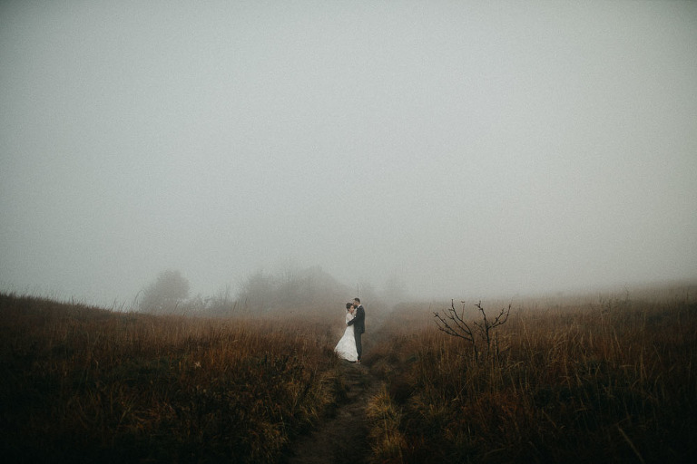 bieszczadzka sesja ślubna we mgle