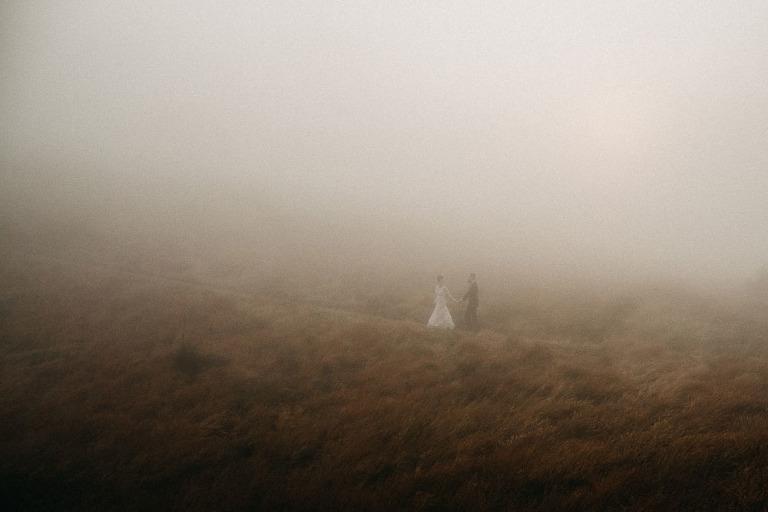 bieszczadzki plener ślubny we mgle