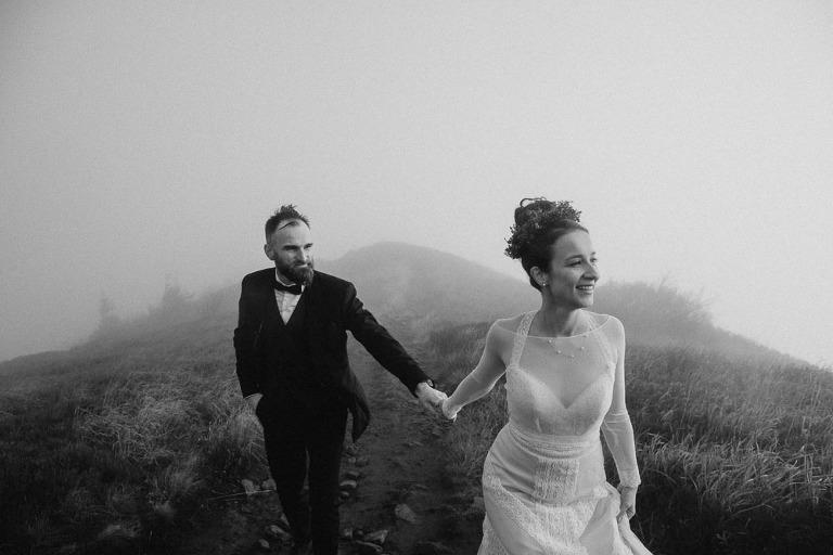 idąca para we mgle podczas sesji ślubnej