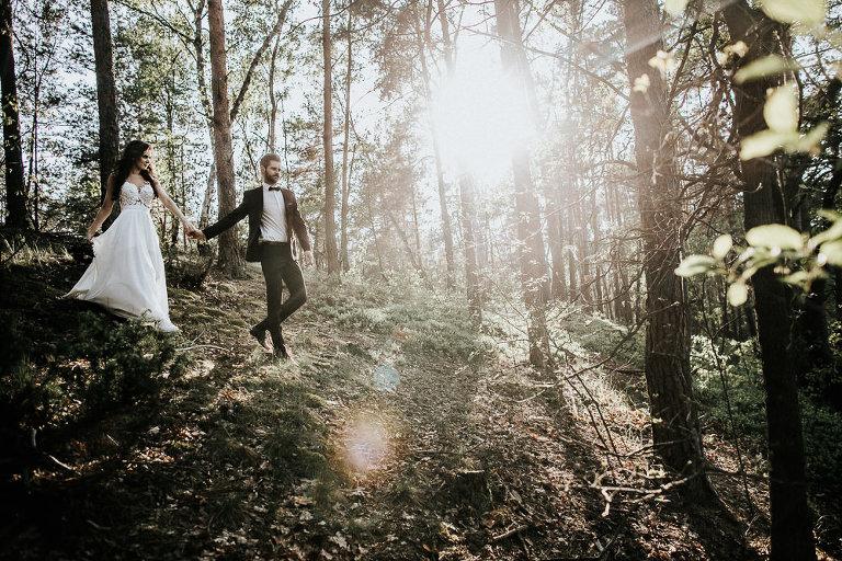 para schodząca po skarpie podczas leśnej sesji zdjęciowej