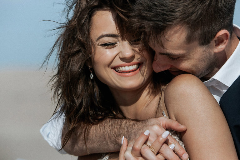 uśmiechnięta para podczas pleneru nad polskim morzem