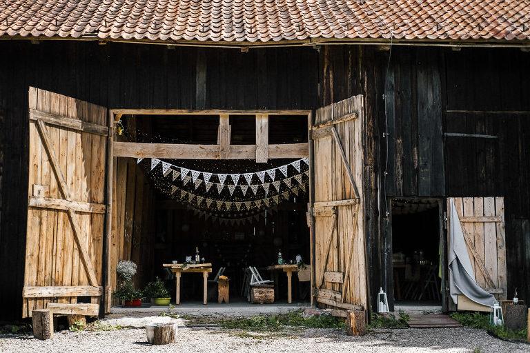 otwarte drzwi stodoły na ślub kawkowo