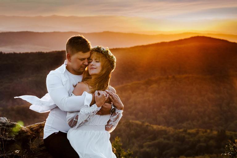 sesja zdjęciowa w Bieszczadach przytulonej pary na tle wschodzącego słońca