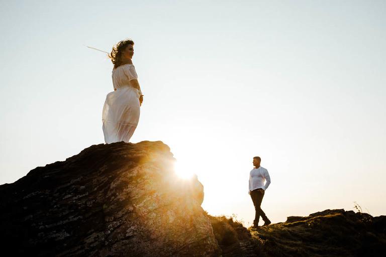 zdjecia spacerującej pary na tle słońca wykonane podczas sesji zdjęciowej w Bieszczadach